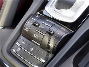 «Инструментарий» Cayenne практически такой же, как у других Porsche, но дополнен органами управления внедорожными режимами