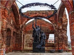 Мемориал во внутреннем дворе посвящен тем, кто защищал Родину