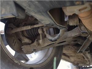 Широкие рычаги передней подвески прикрывают от повреждений пыльники приводов колес