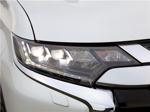 Mitsubishi Outlander 2018 передняя фара