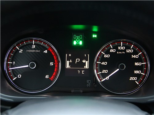 Mitsubishi L200 2017 приборная панель