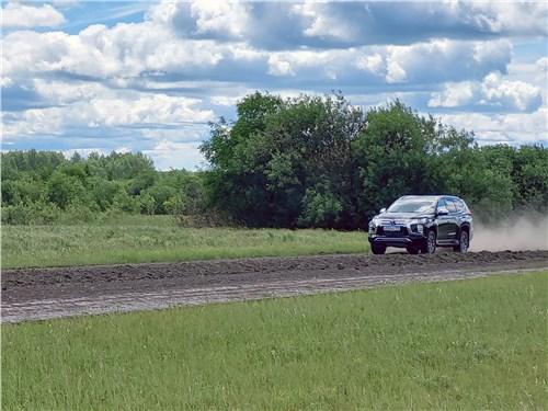 Mitsubishi Pajero Sport (2020) на грунтовке