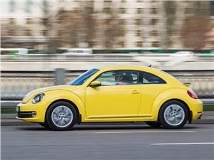 Volkswagen Beetle 2015 на дороге