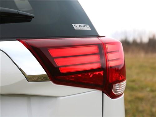 Mitsubishi Outlander 2018 задний фонарь