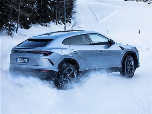 Драйверское поведение Lamborghini Urus предопределяют адаптивная пневмоподвеска, активный задний дифференциал и «умный» полный привод