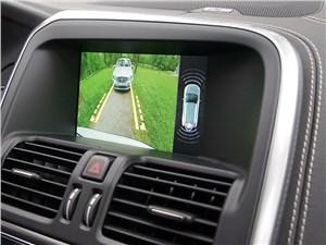 Видеокамера отслеживает обстановку сзади автомобиля, а датчики парктроника – сзади, спереди и по углам