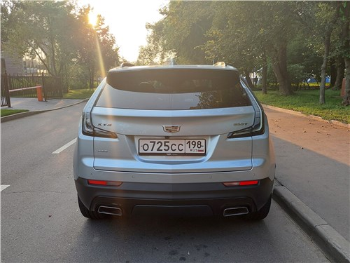 Cadillac XT4 (2019) вид сзади