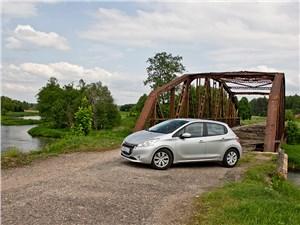 Peugeot 208 2013 вид сбоку