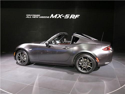 Автосалон в Нью-Йорке 2016 Mazda MX 5 RF вид сбоку