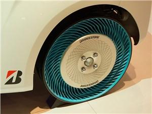 Компания Bridgestone представила не просто бескамерные, но вообще не пневматические шины! «Ребра» - жесткие, пальцами их не сжать