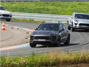 Porsche Cayenne динамичен и роскошен, но трек, к сожалению, не его стихия. Это видно по крену среднего автомобиля
