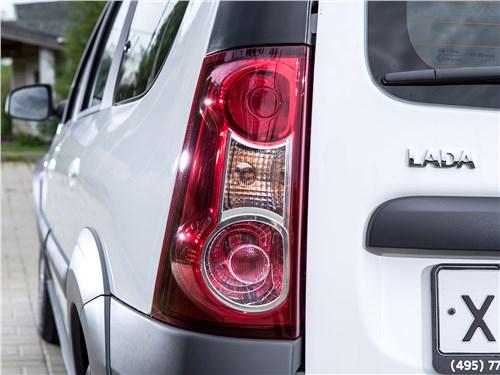Lada Largus Cross 2014 задний фонарь