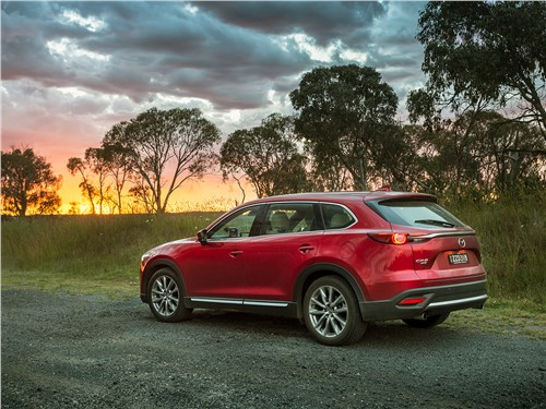 Что ни говори, а Mazda CX-9 – красивая машина: кроссовер хорош и в городе, и на природе