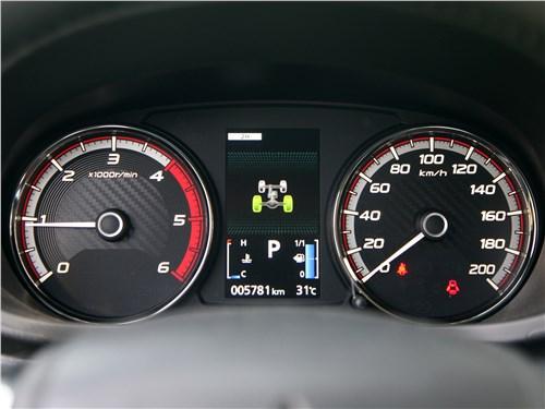 Mitsubishi L200 2020 приборная панель