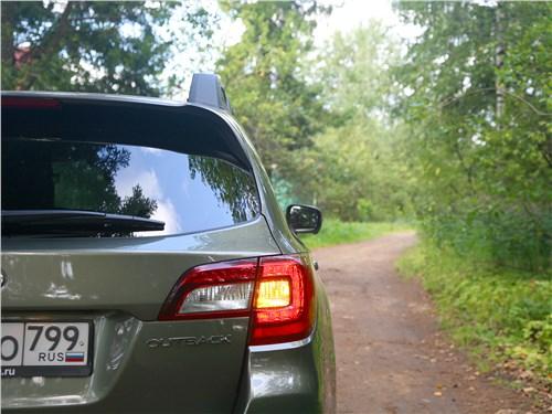 Subaru Outback 2018 вид сзади