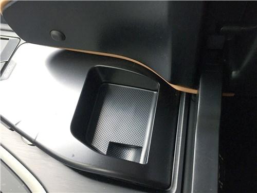 Lexus UX 250H (2019) подлокотник