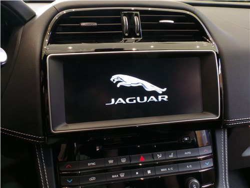 Jaguar F-Pace 2016 центральный дисплей