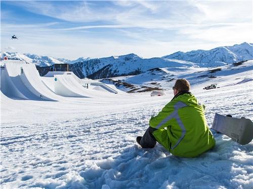 Попав на праздник спорта, организованный Suzuki, наш герой и вволю накатался на доске, и посмотрел в деле лучших сноубордистов мира