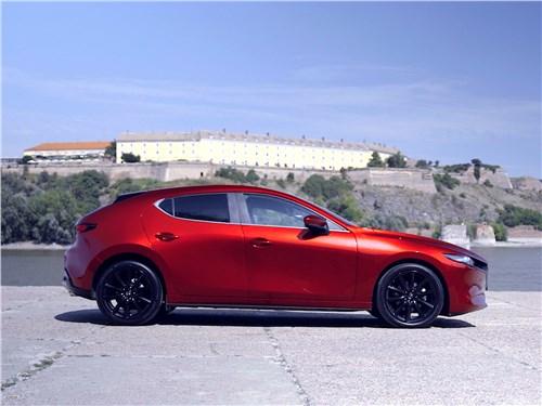 Mazda 3 2019 вид сбоку