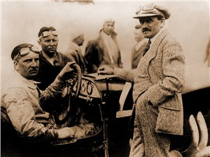 Фердинанд Порше (справа) и Альфред Нойбауэр (за рулем)