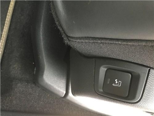 А если нажать эту кнопку в торце сиденья –