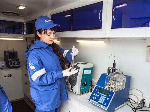 Сеть АЗС «Газпромнефть» проверила качество топлива в мобильной лаборатории