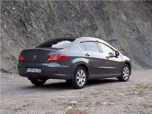 Peugeot 408 2012 вид сзади сбоку