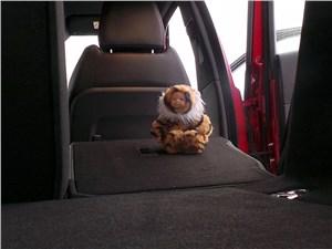 Range Rover Evoque 2012 складывание частей спинки заднего дивана