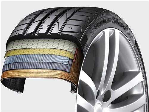Сочетание в этой UHP-шине стального брекера и вискозного каркаса помогает сохранять пятно контакта при экстремальных нагрузках