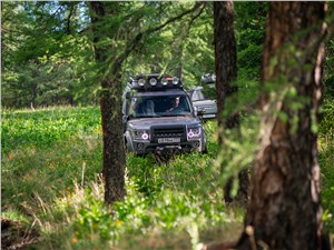 Land Rover Discovery 4 2015 в лесу
