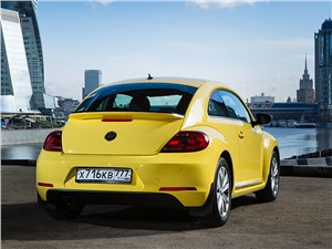 Volkswagen Beetle 2015 вид сзади