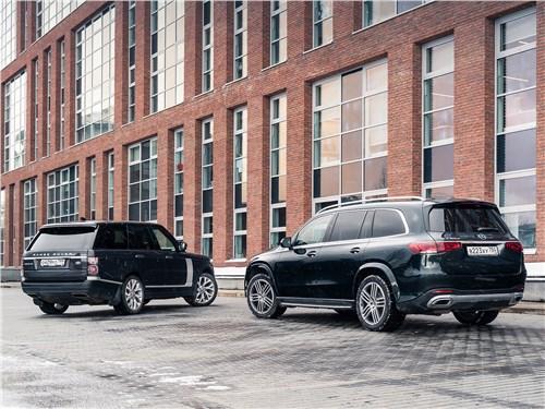 Новейший Mercedes-Benz GLS 2020 и Range Rover 2018 вид сзади