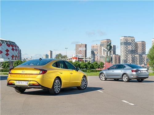Skoda Superb 2020 и Hyundai Sonata 2020 вид сзади