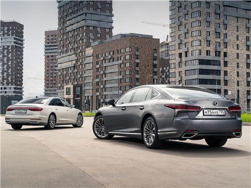 Audi A8 L 55 TFSI quattro 2018 и Lexus LS 500 AWD Luxury+ 2018 вид сзади