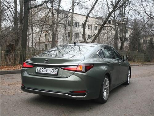 Lexus ES (2019) вид сзади