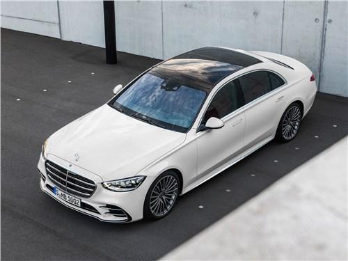 От большого к большему: Volvo S60, BMW 5, Mercedes S-класс, Audi A8, Porsche Panamera S-Class - Mercedes-Benz S-Class (2021) вид спереди сверху
