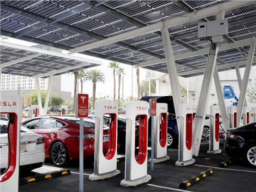 Tesla обеспечит своих клиентов бесплатной зарядкой