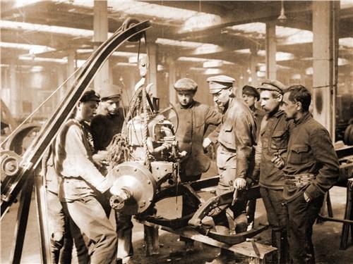 Ремонт автомобиля на АМО в начале 1920-х годов