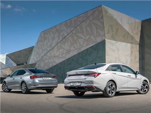 Hyundai Elantra и Skoda Octavia вид сзади