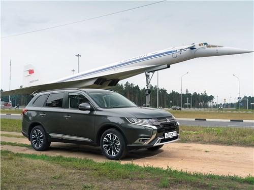 Mitsubishi Outlander (2021) вид сбоку