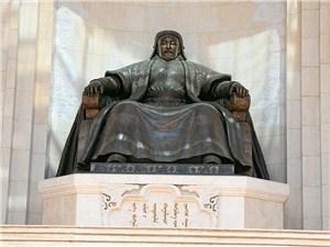 Памятник Чингисхану на центральной площади монгольской столицы