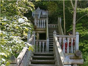 К бьющим из-под земли родникам ведут аккуратные деревянные лестницы