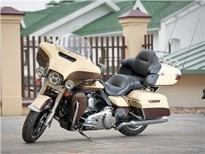 Несмотря на немалые габариты и вес, компоновка узлов и низкий центр тяжести позволяют уверенно управлять мотоциклом