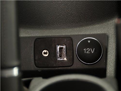 Ford EcoSport 2013 USB-вход и розетка на 12 В