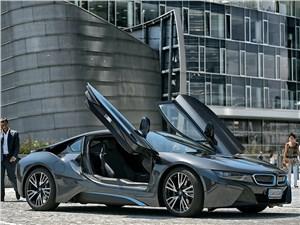 BMW i8 2014 вид сбоку