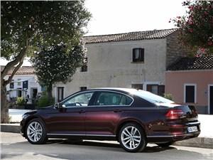 Volkswagen Passat 2015 вид сбоку