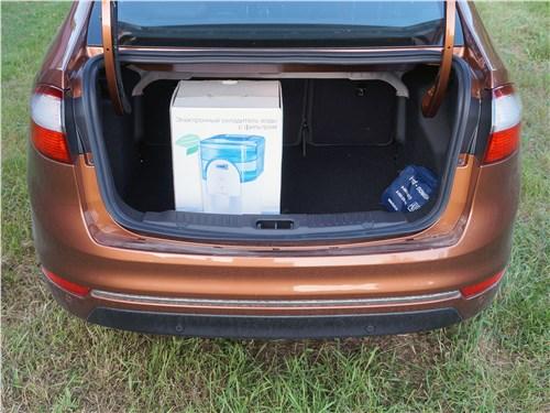 Ford Fiesta sedan 2015 багажное отделение