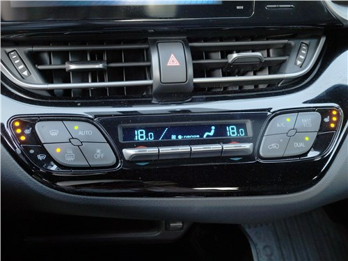 Toyota C-HR 2016 климат-контроль