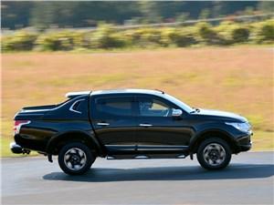 Практичный квинтет (Ford Ranger, Mazda B, Mitsubishi L200, Nissan Navara, SsangYong Musso Sports) L200 - Mitsubishi L200 2015 вид сбоку