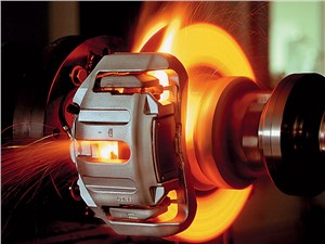 Свечение стальных тормозных дисков возникает при нагреве свыше 550 градусов